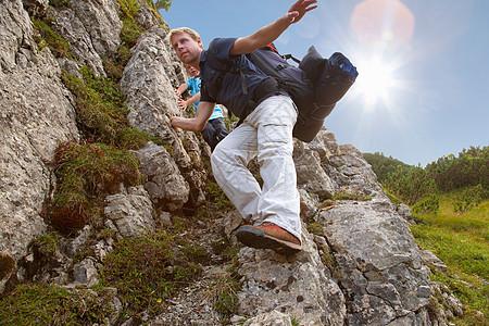 父子在多岩石的地形上徒步旅行图片