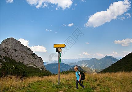 男孩在草地上徒步旅行图片