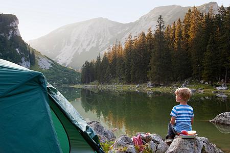 男孩在营地休息图片