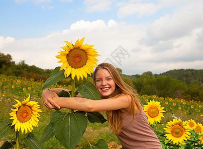 在田里拥抱向日葵的少女图片