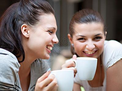 喝咖啡的年轻女人图片