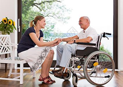 女人牵着老人的手图片