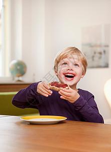 男孩吃面包卷图片