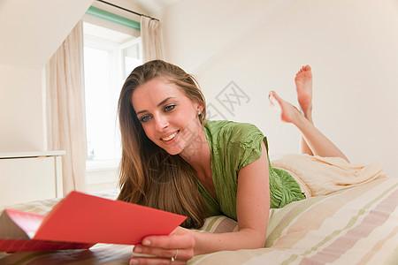 酒店客房内的女士图片