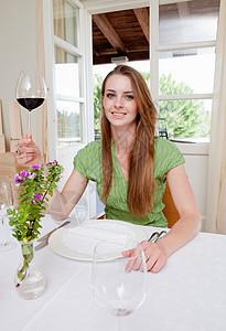 餐厅的女人喝酒图片