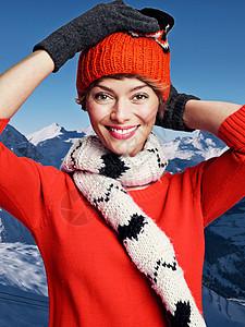 在雪地里穿着冬装的女人图片