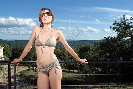 穿着比基尼站在户外的女人图片