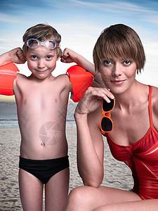 妈妈和儿子一起在海滩上图片