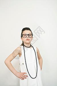戴眼镜的皱眉女孩图片
