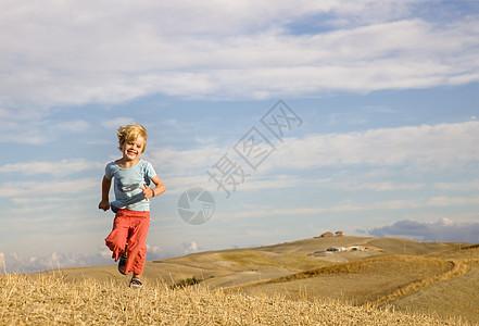 男孩跑过田野图片
