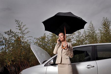 车旁打电话的女人图片