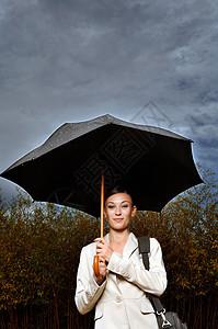 雨伞下的女人图片