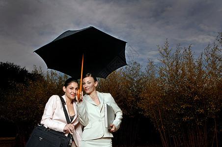 两个女人在雨伞下图片