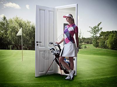 在高尔夫球场从门口冒出来的女人图片