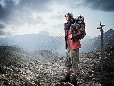 站在岩石上的徒步旅行者图片