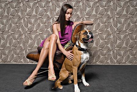 女人和狗坐在椅子上图片