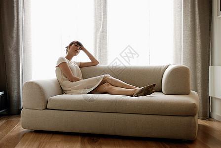 女人躺在沙发上图片