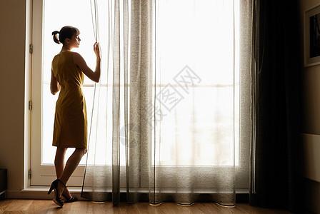 看着窗户的女人图片