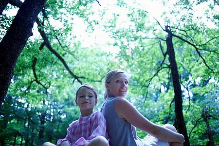 森林里的女人和孩子图片