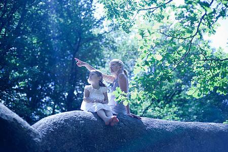 森林里的女人和女儿图片