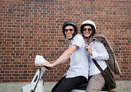 踏板车上的情侣图片