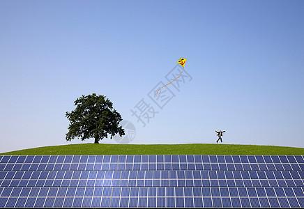 在太阳能电池板上跳来跳去的人图片