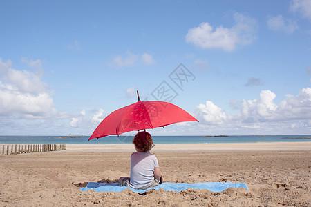 阳伞下的小男孩图片