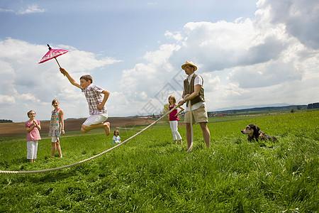 快乐的人们在农村跳绳图片