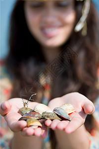 在海滩上找贝壳的女人图片