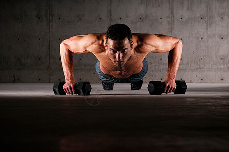 运动员做举重俯卧撑图片