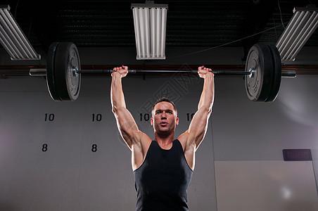 在健身房举重图片