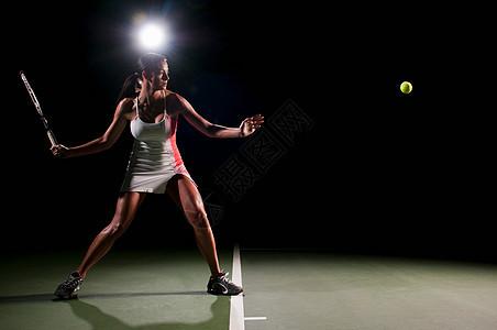 女人在室内打网球图片