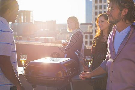 城市屋顶上的朋友在烧烤图片