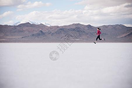 在沙漠中奔跑的女人图片