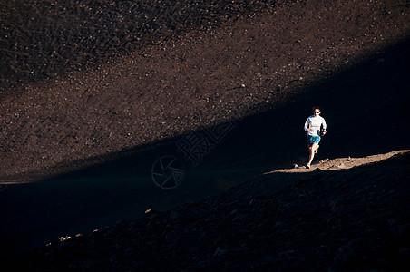 在土路上跑步的女人图片