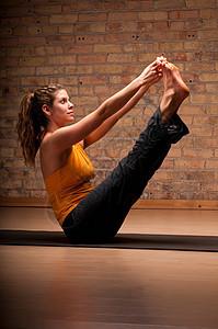 在垫子上练习瑜伽的女人图片