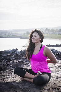 美国夏威夷毛伊岛,霍伊阿波因特,海岸女子练习莲花姿势瑜伽图片