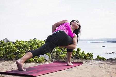 美国夏威夷毛伊岛Hawea Point海滩练习瑜伽姿势的女性图片