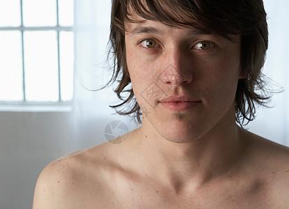 赤裸上身的年轻人的肖像图片