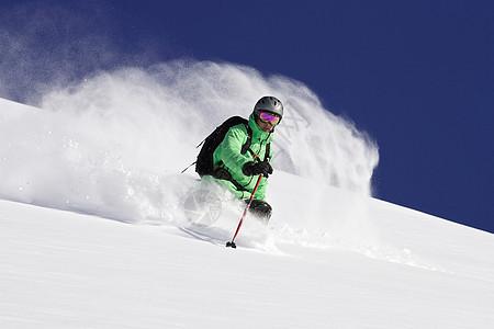 雪山坡滑雪者图片