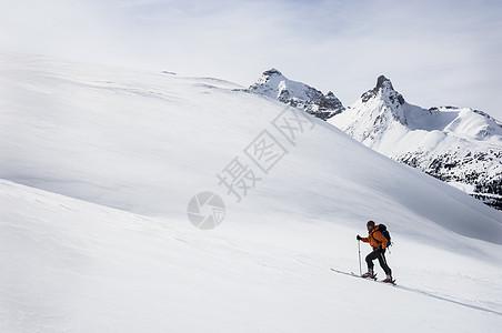 加拿大阿尔伯塔省班夫国家公园帕克岭男子越野滑雪图片