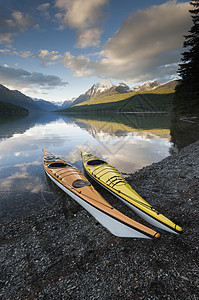 美国蒙大拿州冰川国家公园圣玛丽湖海岸两艘皮艇图片