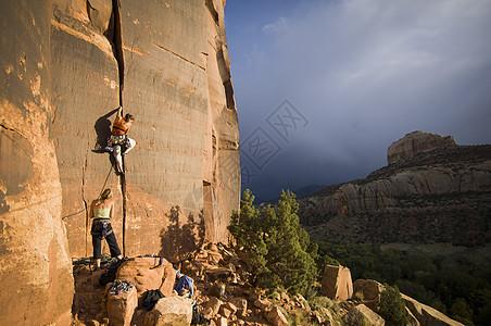 两名女性攀爬美国犹他州印第安溪图片