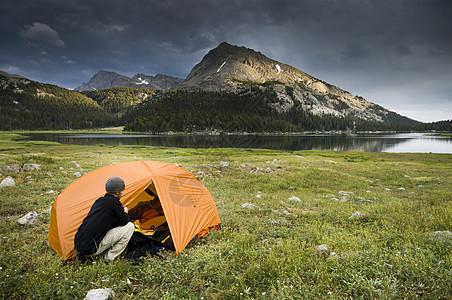 美国怀俄明州风河山脉大沙湖附近的男子露营图片