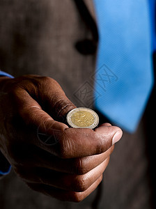 商人准备抛硬币图片
