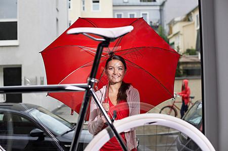 在自行车店的女孩图片