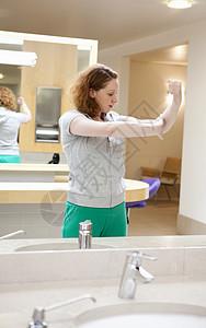 女人在更衣室伸展身体图片