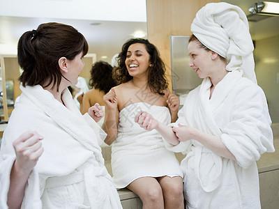 女更衣室穿毛巾图片
