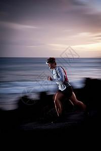岩石小道上跑步者的模糊视野图片