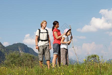 一家人在山上玩耍图片